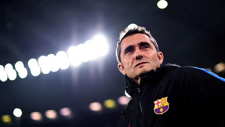 Ernesto Valverde en un partido del FC Barcelona