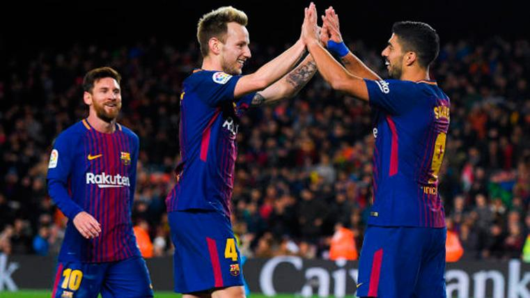 Luis Suárez y Rakitic, celebrando un gol marcado con el Barça
