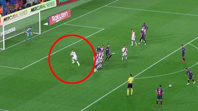 Álex Moreno, evitando un gol de falta directa de Leo Messi