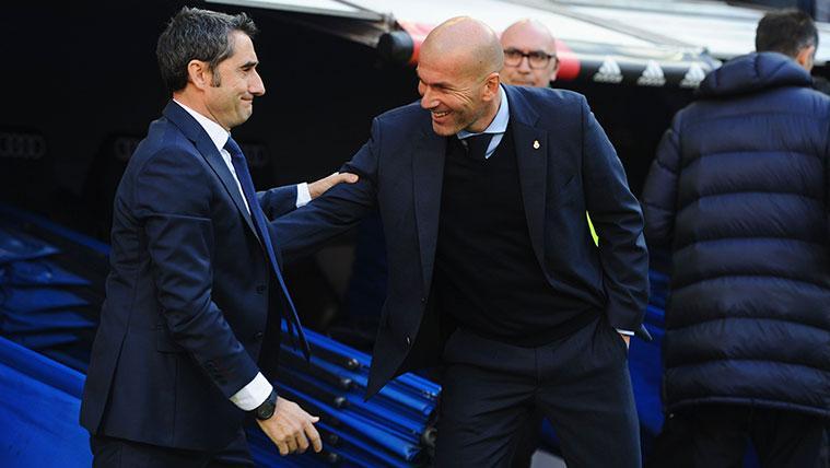 Ernesto Valverde y Zinedine Zidane se saludan durante la Supercopa
