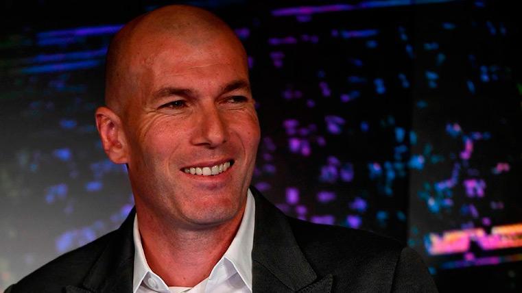 Zinedine Zidane en su presentación con el Real Madrid