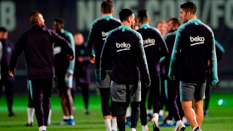Leo Messi, conversando con Luis Suárez durante un entreno del Barça