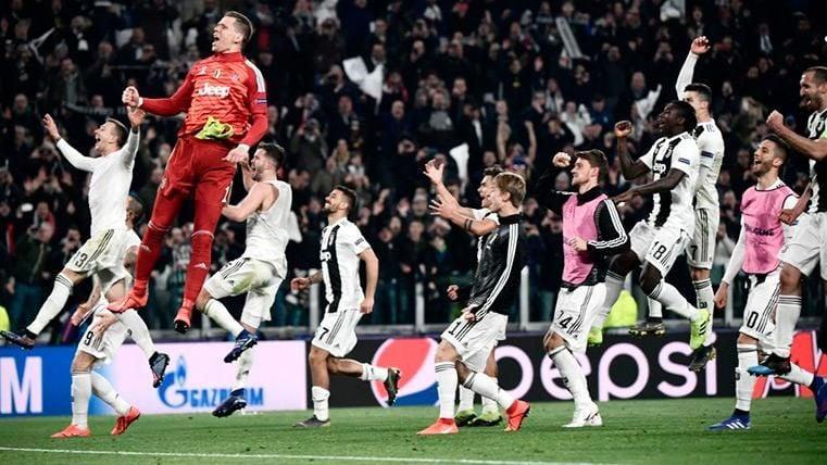 Los jugadores del la Juve festejan la victoria tras el partido
