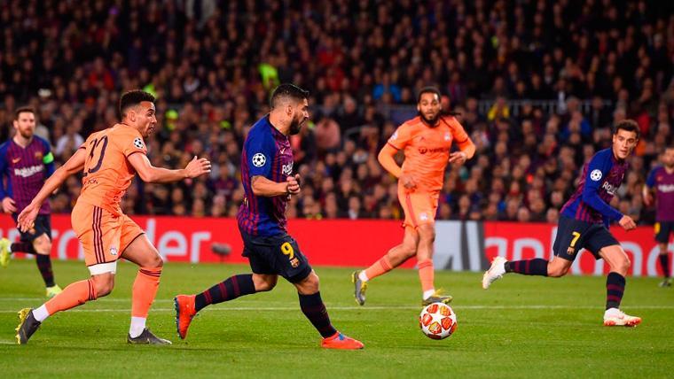 Luis Suárez asiste a Philippe Coutinho en un gol del FC Barcelona