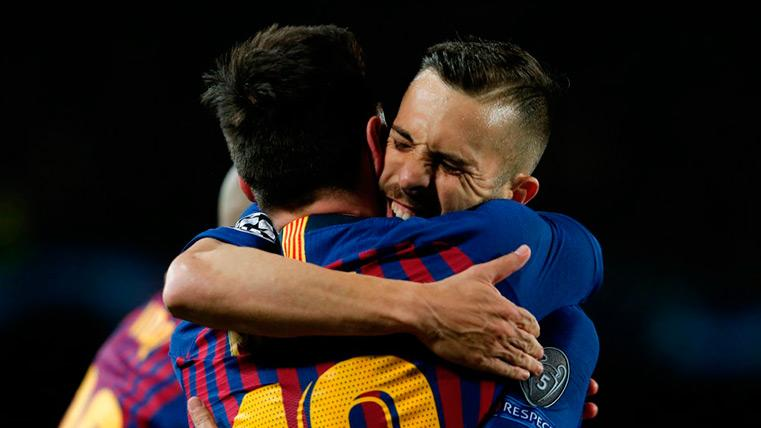 Jordi Alba se abraza a Messi en el choque contra el Lyon