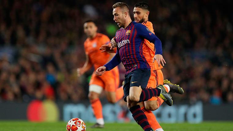 Arthur Melo conduce un balón contra Fekir