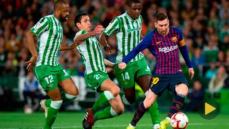 Leo Messi regatea a toda la defensa del Betis