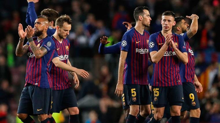 El FC Barcelona aplaude tras un partido a su público