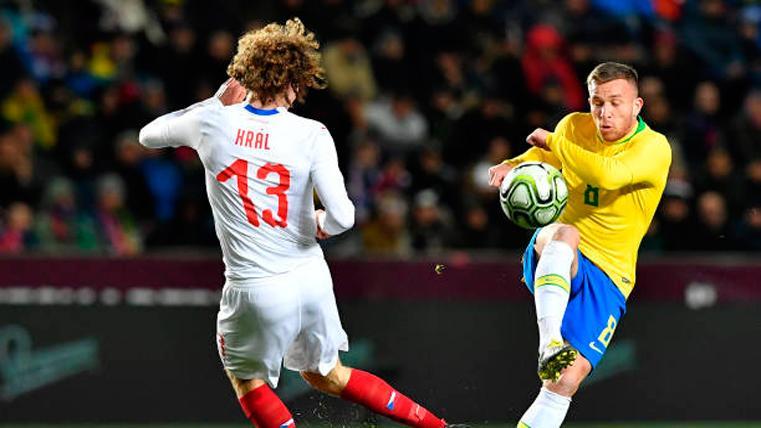 Brasil arregla un mal inicio y derrota a República Checa (1-3)