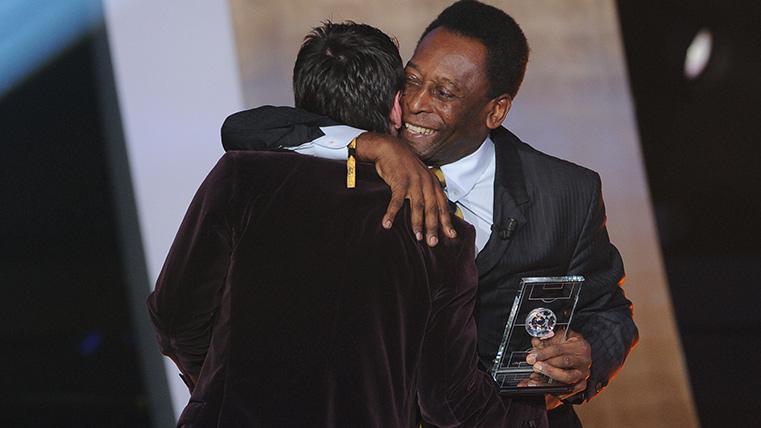 Leo Messi y Pelé, abrazándose durante una entrega de premios