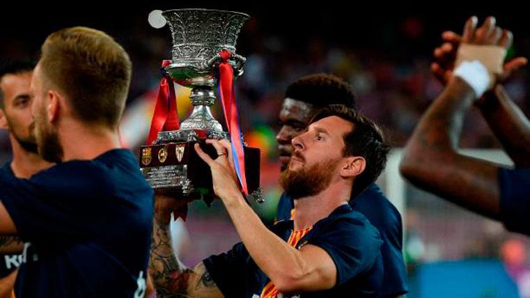 Leo Messi levantando la Supercopa