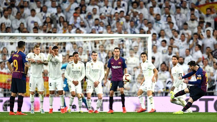 Leo Messi, lanzando una falta directa contra el Real Madrid