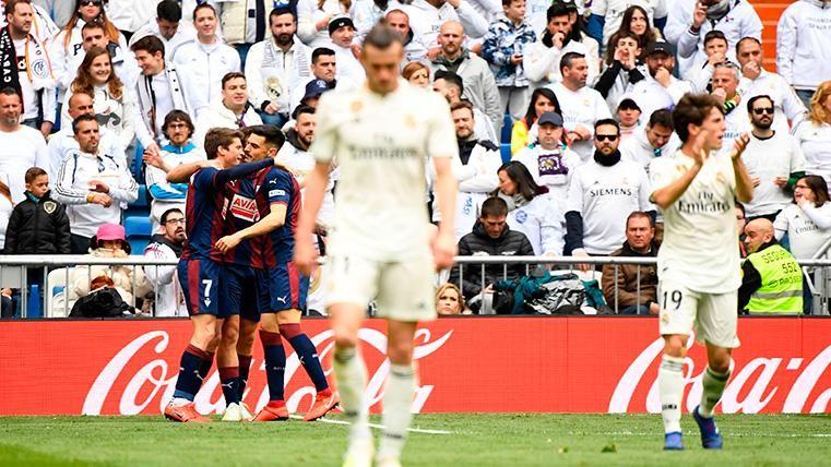Pitos en el Bernabéu para un Real Madrid que se marchó 0-1 al descanso ante el Eibar
