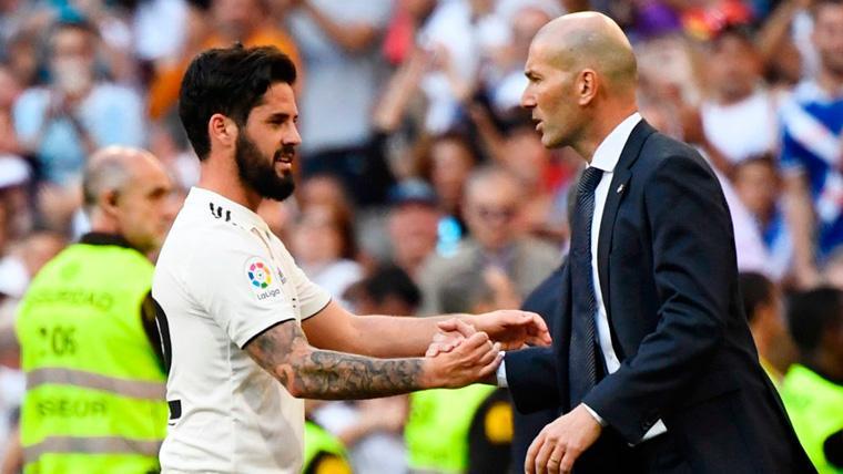 Isco y Zinedine Zidane en un partido del Real Madrid