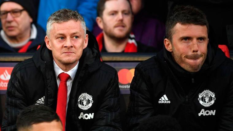 Ole Gunnar Solskjaer y Michael Carrick en el banquillo del Manchester United