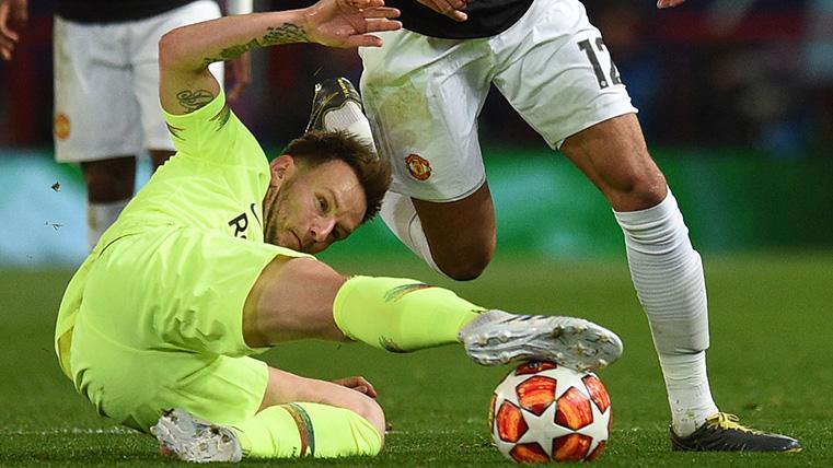 Rakitic pelea por un balón contra el United