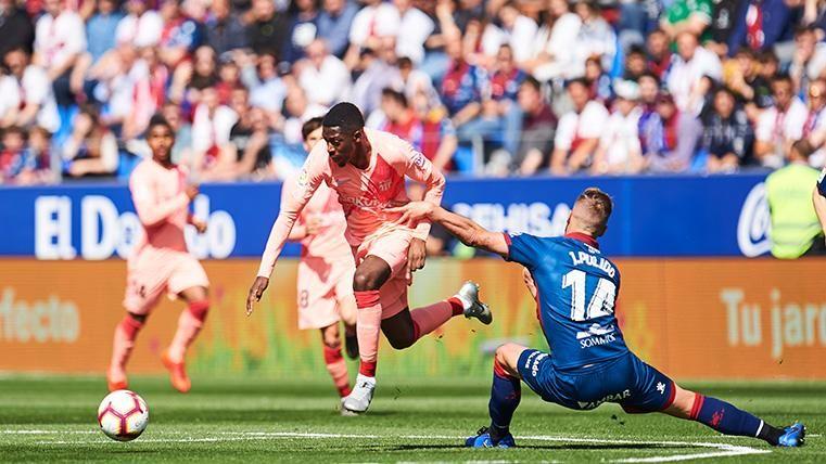 Ousmane Dembélé, realizando un regate contra el Huesca
