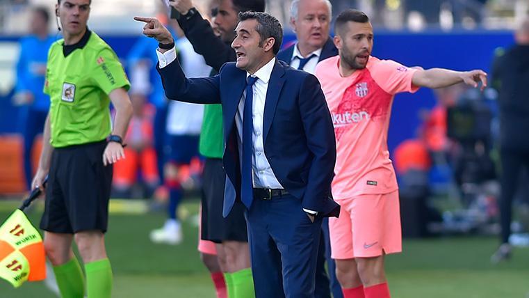 Ernesto Valverde da insturcciones en el banquillo del Barça