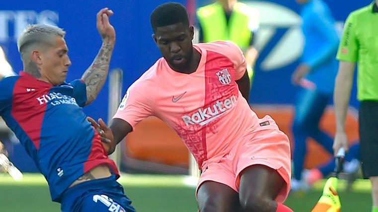 Umtiti desequilibrando ante un jugador del Huesca