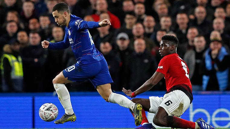 Hazard regatea a Paul Pogba en un Chelsea-United