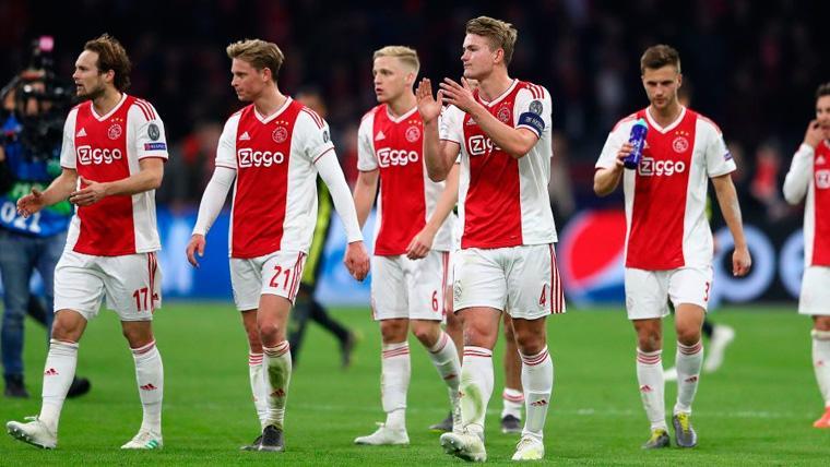 Los jugadores del Ajax tras un partido de Champions