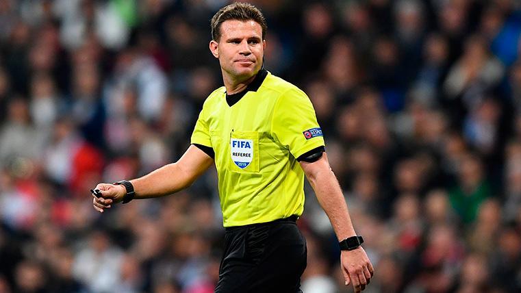 POLÉMICA: ¡El VAR contradijo a Felix Brych y anuló un penalti de Fred sobre Rakitic!