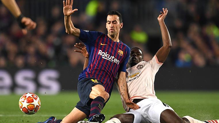 Sergio Busquets pelea por un balón con Pogba