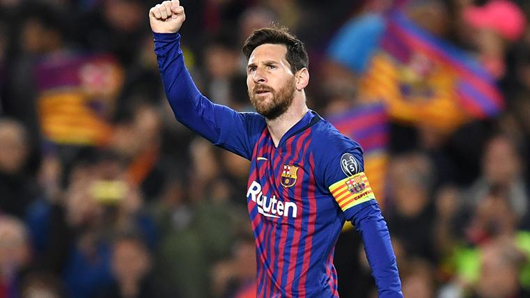 Leo Messi alza el puño en señal de victoria