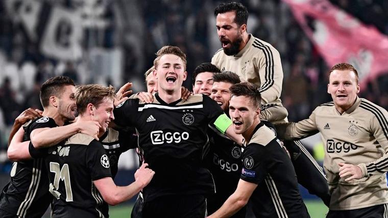 Los jugadores del Ajax celebran una victoria en la Champions
