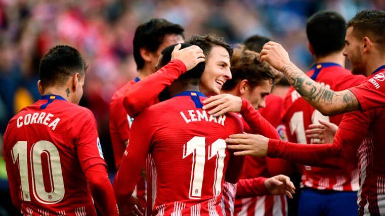 Un agónico gol de Lemar al Eibar alarga la vida del Atlético en LaLiga (0-1)