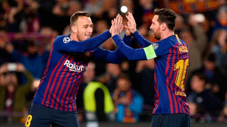 Arthur, celebrando un gol con Leo Messi