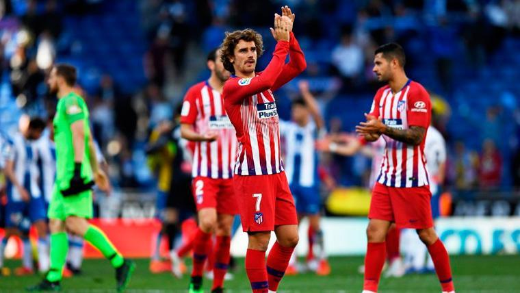 Antoine Griezmann aplaude tras un partido del Atlético de Madrid