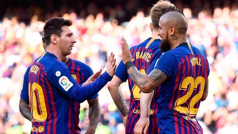 Leo Messi y Arturo Vidal celebran un gol del FC Barcelona