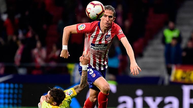 Filipe Luis en una acción de juego con el Atleti