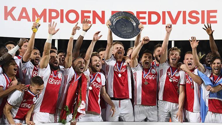 Los jugadores del Ajax, levantando la copa de campeones de la Eredivisie