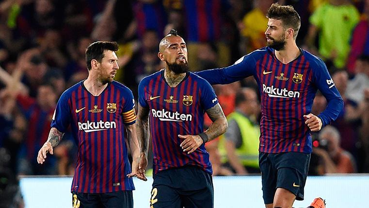 Piqué, Messi y Vidal después de marcar el gol