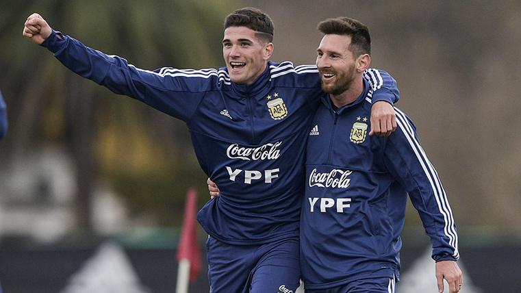 Leo Messi, abrazándose con uno de sus compañeros durante un entreno