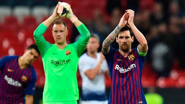 Leo Messi y Marc-André ter Stegen aplauden tras un partido del FC Barcelona