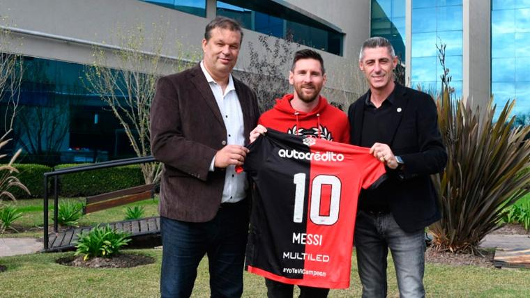 Leo Messi posa con la camiseta de Newell's Old Boys | CANOBoficial