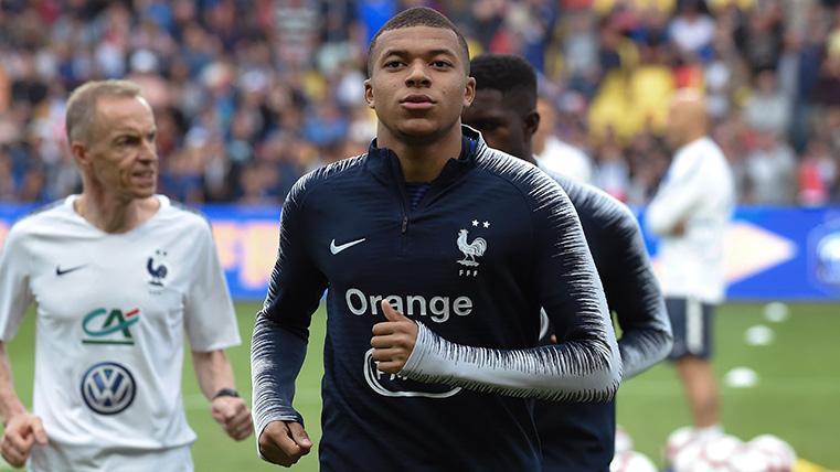 Mbappé en un calentamiento con la selección de Francia