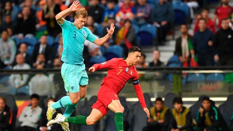 Matthijs de Ligt y Cristiano Ronaldo en un partido de la UEFA Nations League
