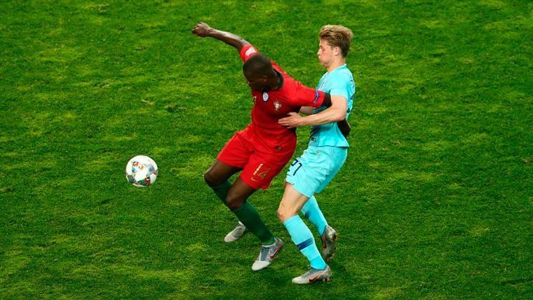 Frenkie de Jong y William Carvalho pugnan por un balón
