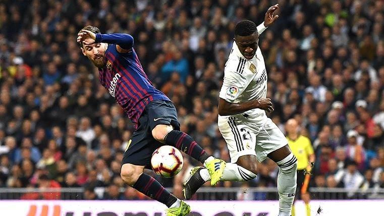 Vinicius Jr, disputando un balón con Leo Messi