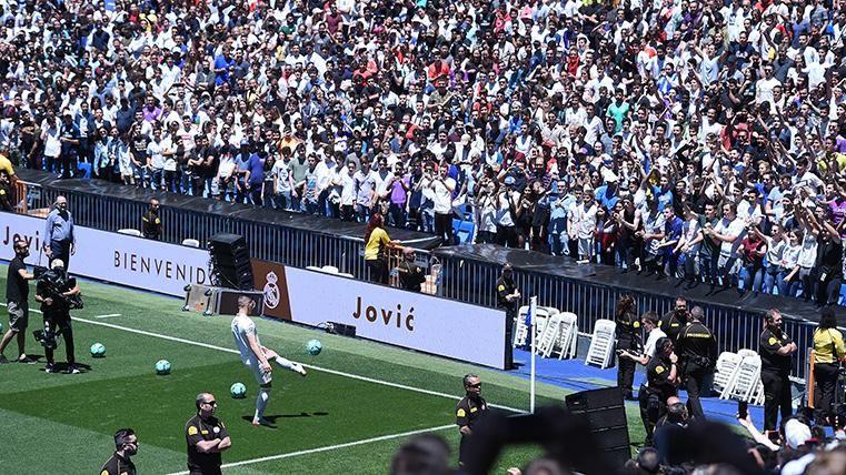 """Y en el día de Eden Hazard, el Santiago Bernabéu cantó: """"¡Queremos a Mbappé!"""""""