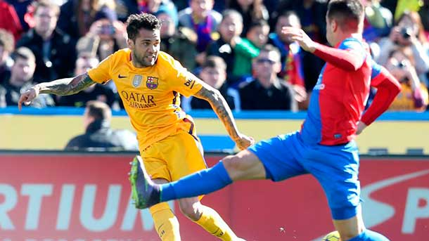 """Dani Alves fue el """"lunar"""" del FC Barcelona ante el Levante"""