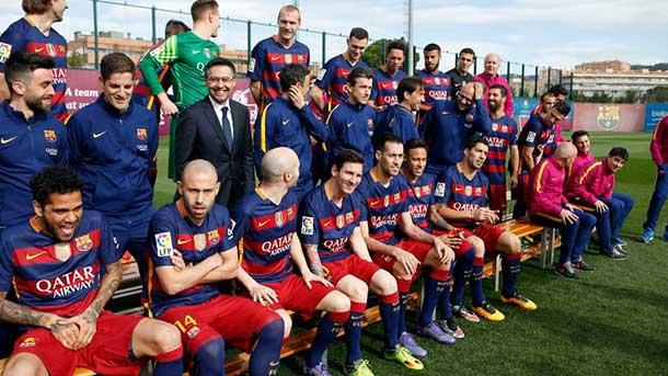 Los jugadores del Barça pidieron a todo el staff en la foto