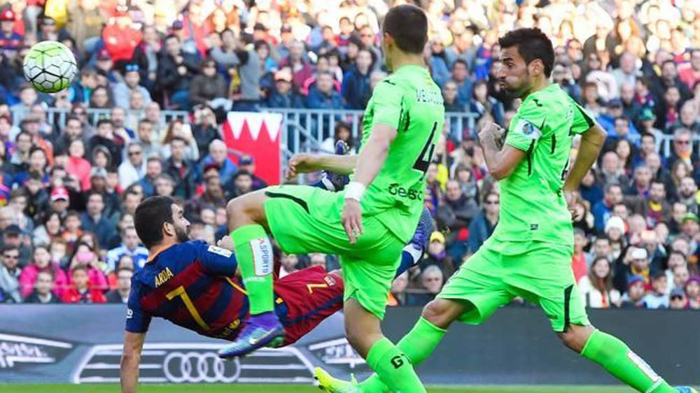 Arda Turan marcó un golazo de chilena con el Barça