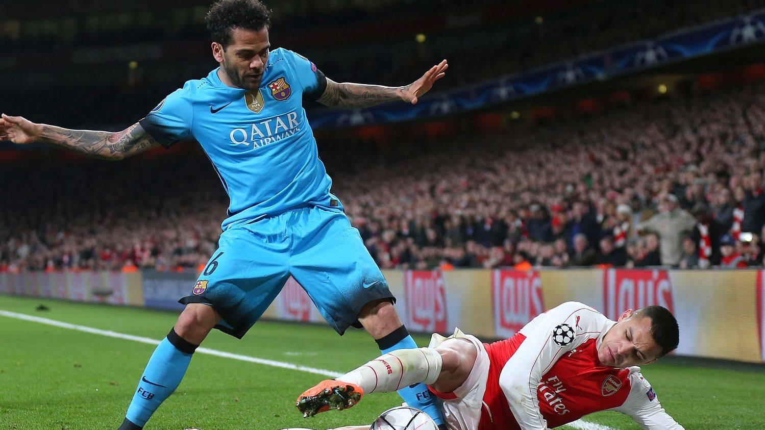 Alves, disputando un bal�n con Alexis en el Emirates